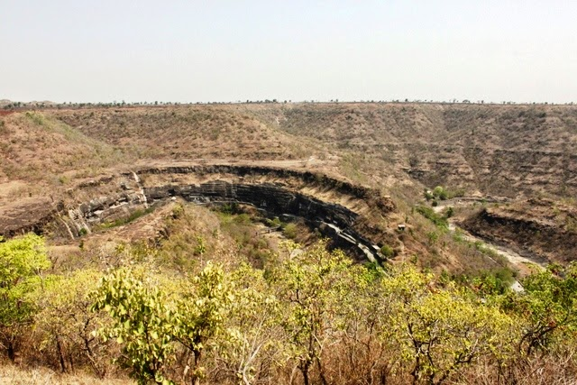 手前の展望台でアジャンタの石窟寺院群を一望