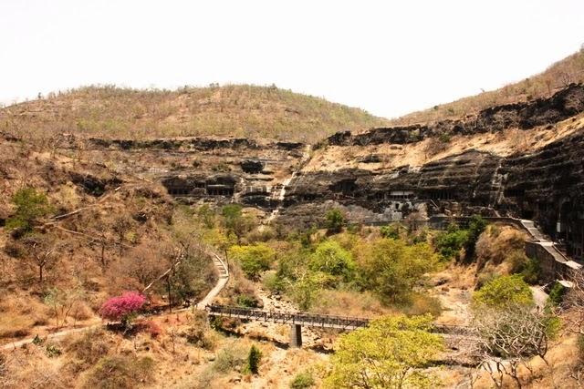 アジャンタの石窟寺院群を第1窟付近から一望