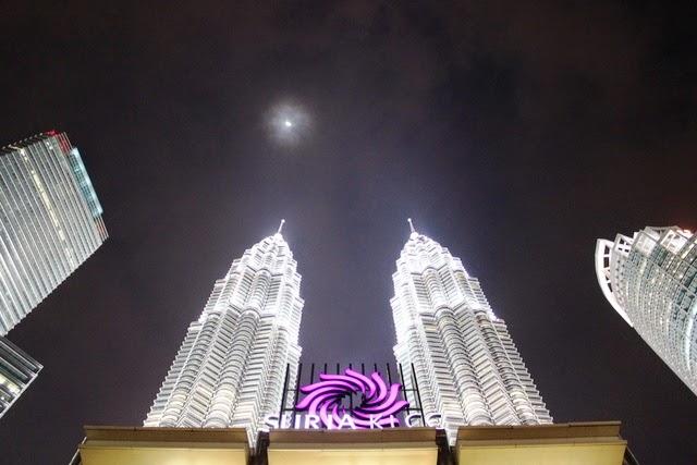 下から眺めるツインタワーと満月