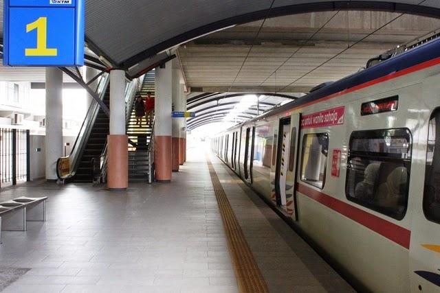 バトゥケーブ駅。徒歩で5分ぐらい。この綺麗なホームと列車がほっとさせられる。