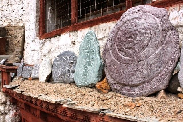 お経みたいなのが刻まれたカラフルな石が並ぶ