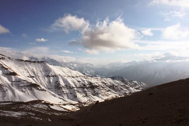峠を超えると向こう側にザンスカール山脈が見えてくる