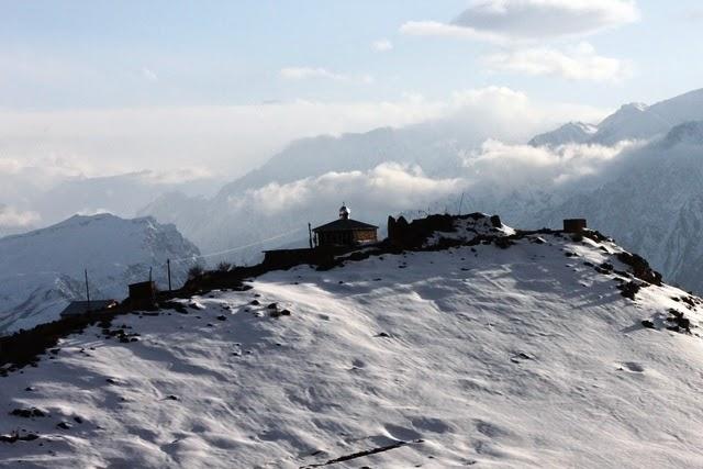 雪山の上に建つモスク。 シルバーのドームが印象的。