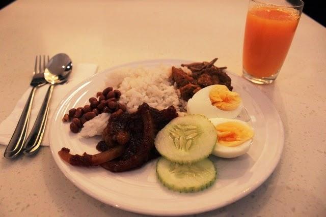 マレーシアの朝食と言えばナシ・レマ