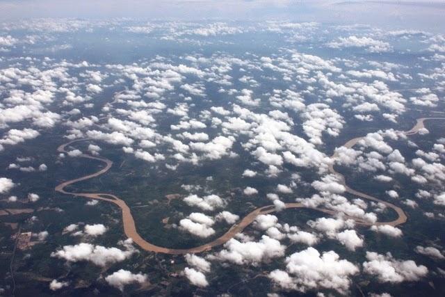 熱帯雨林の中を流れる川(マレーシア)