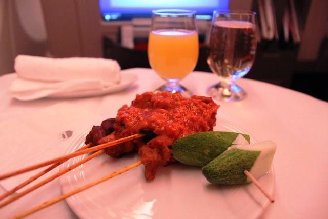 前菜のサテー。インド便ではチキンとマトンで。