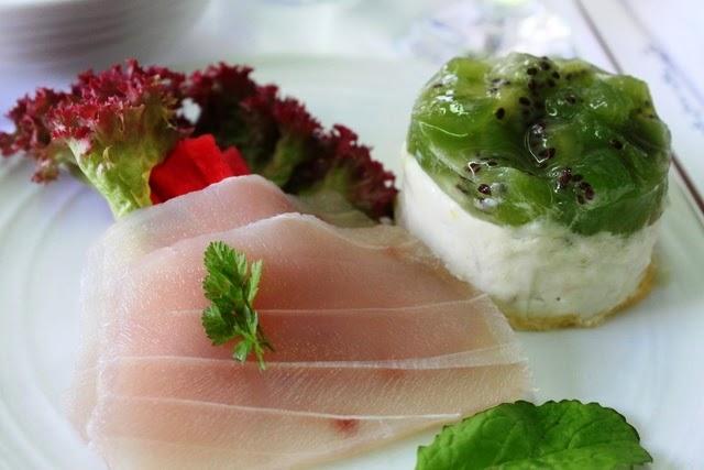 魚のカルパッチョと、キウィとサーモンのテリーヌの前菜