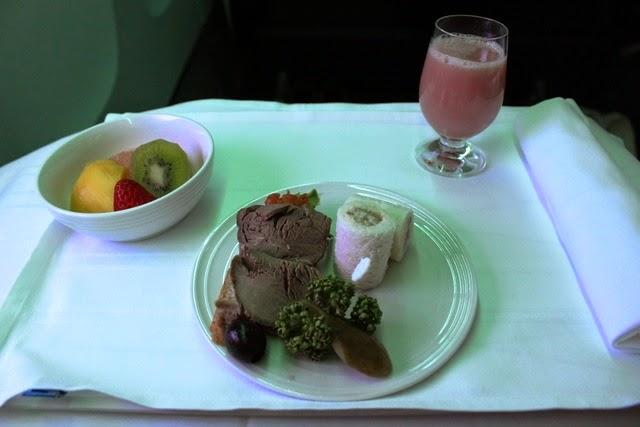 到着前の軽食:ローストビーフとサンドイッチ、果物、グアバジュース