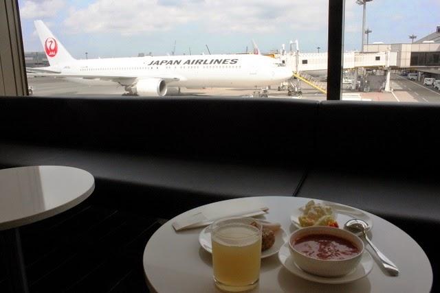 目の前にJALのB767を眺めながら朝食