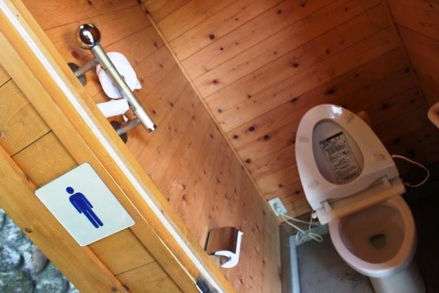 ハイキングコースにあるトイレ。清潔すぎる。。。