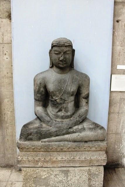 仏像かと思われる古い石像