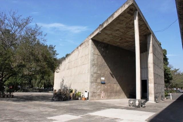 政府博物館の前に建つ建物