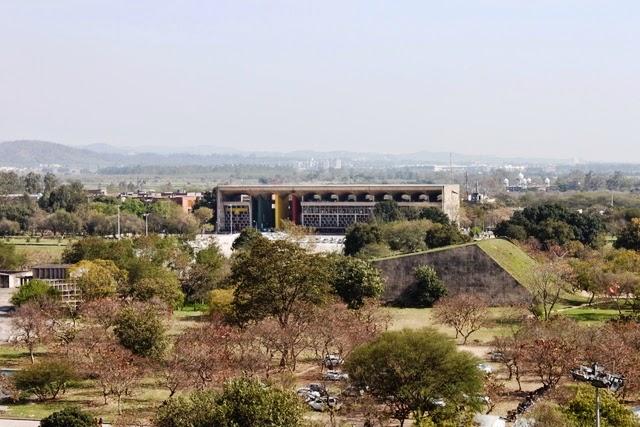 反対側にはル・コルビュジェが設計した高等裁判所が見渡せる