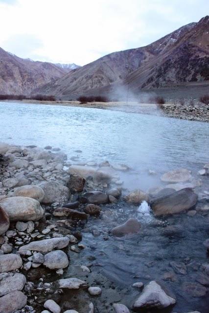 インダス川沿いに湧く温泉