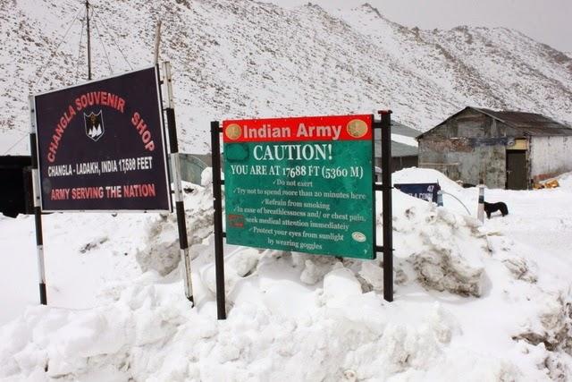 峠を表す標識。すごい雪だ。