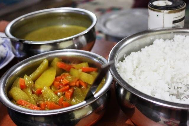 ご飯、ダール(豆カレー)、じゃがいもと人参の炒め物。