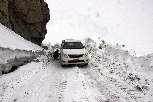 積雪が増すと共にタイヤにチェーンを巻く
