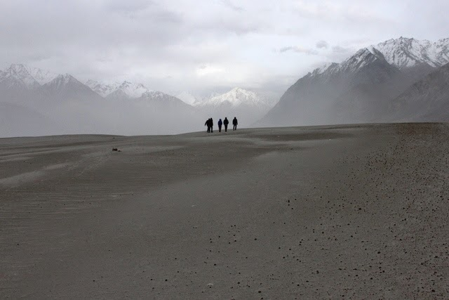 観光客砂丘の上を歩く