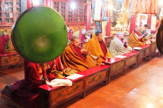 笛を吹く僧侶
