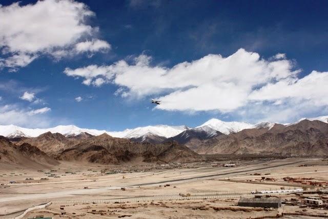 写真中央部に離陸直後のゴーエアの機体がある