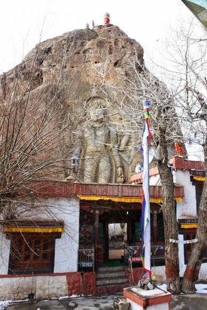 寺院と弥勒菩薩像