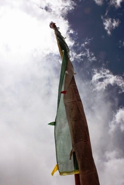 空へ聳え立つタルチョ