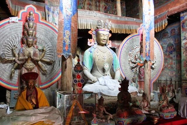 寺院内に納められている弥勒菩薩像