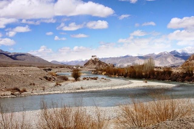 インダス川とスタクナ・ゴンパ