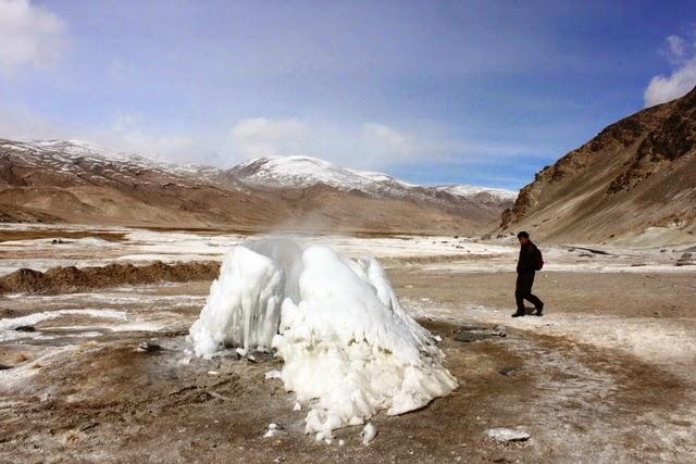 途中、プガと言う温泉が湧く場所がある