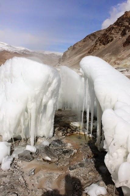 温泉が湧く場所の周りに面白い形をした雪があった