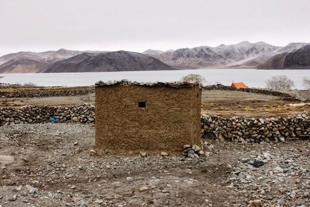 土でできたラダック式のトイレ