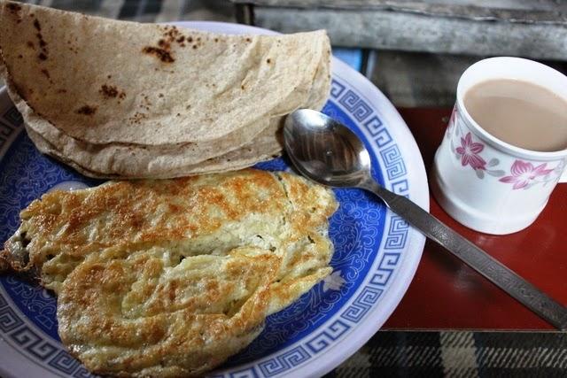 朝食はオムレツ、チャパティ、チャイ