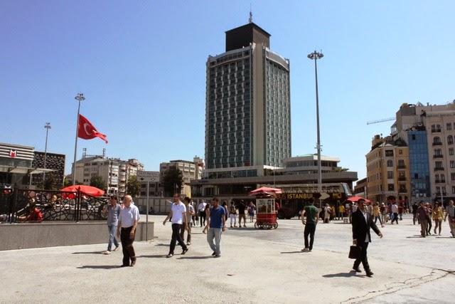ビジネス街のタクシム広場
