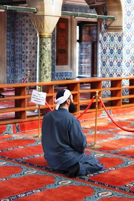 お祈りを捧げる男性