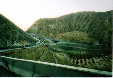 岩山の中に連なる高速道路