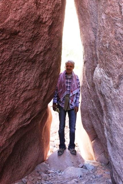 細い岩の間