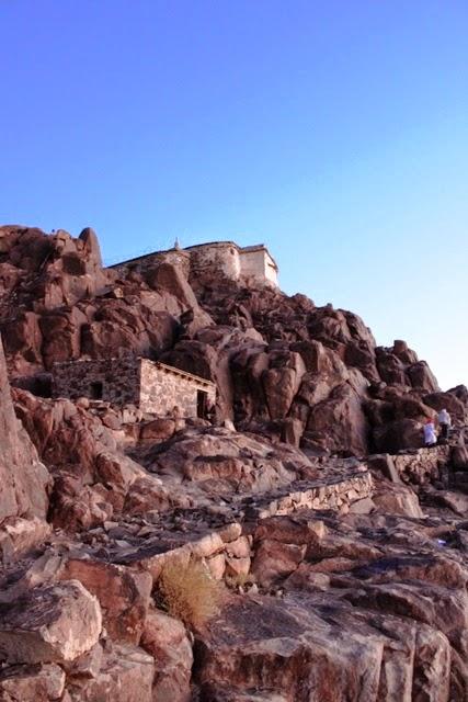 山頂の教会を見上げる