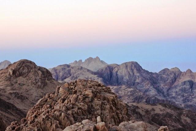 カトリーナ山山頂から眺めるエジプト第2の高峰シャウマール山