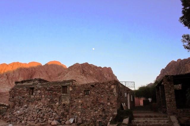 シナイ山の方から月が昇ってきました