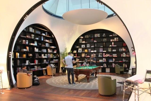図書室兼ビリヤードコーナ