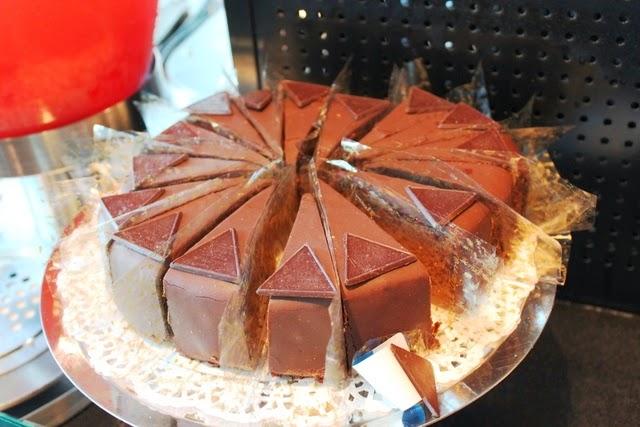 ケーキバーにな並ぶスイーツの種類が半端無い。しかもデメル製!