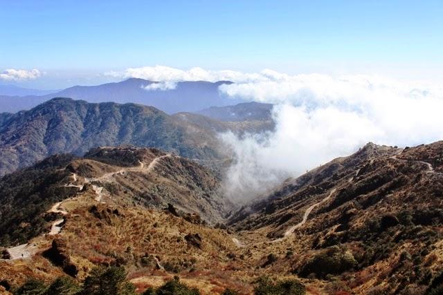 山頂から雲海を下に望む