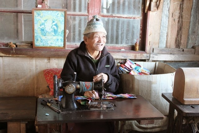 チベット難民センターで工芸品を作成するおじさん