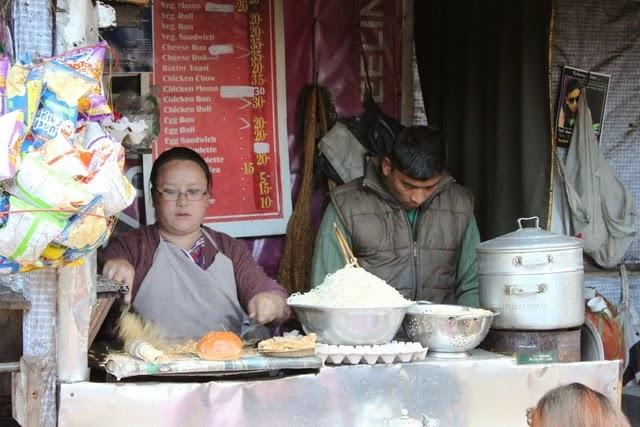 道端の屋台でモモやチョーメンを販売
