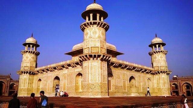 タージマハールと同じ白亜の廟