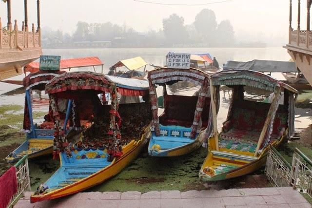 シカーラと呼ばれる小舟