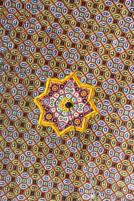 モスクの繊細な天井のデザイン