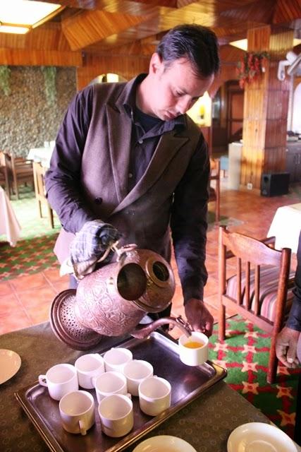 カシミールの緑茶、カーワを注ぐ