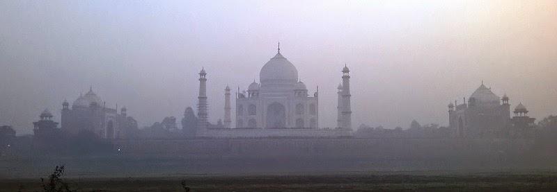 幻想的に映る日没時の霧の中のタージマハール