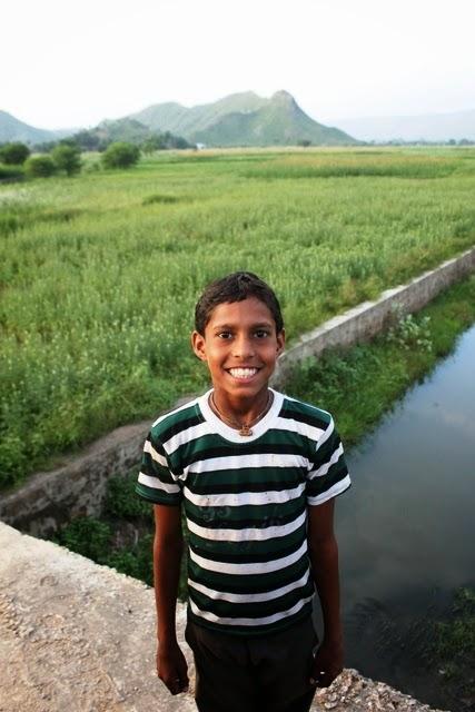 笑顔が綺麗な村の男の子